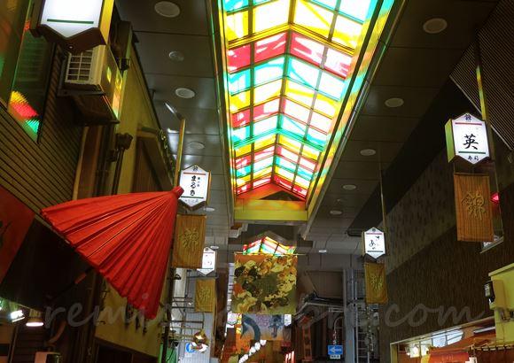 京都へ修学旅行 錦市場でお土産