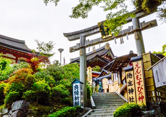 京都の清水寺で縁結び祈願できる地主神社