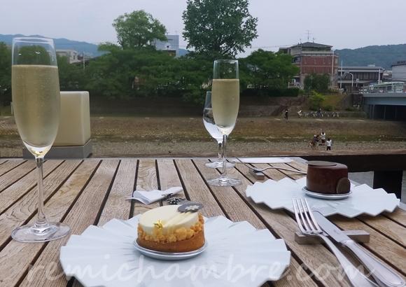 京都 鴨川の川床カフェ サロンドロワイヤル